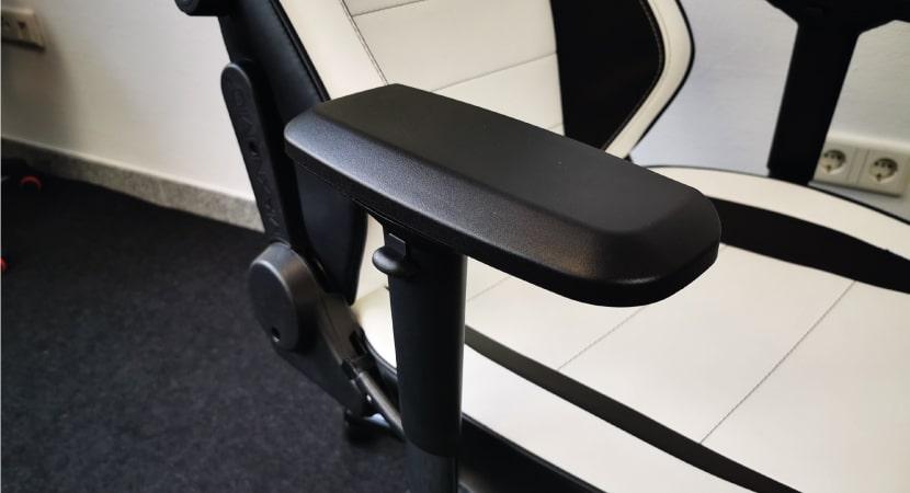 4d-armrests-of-the-maxnomic-commander-s
